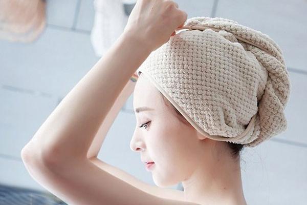 quấn khăn cố định tóc ủ