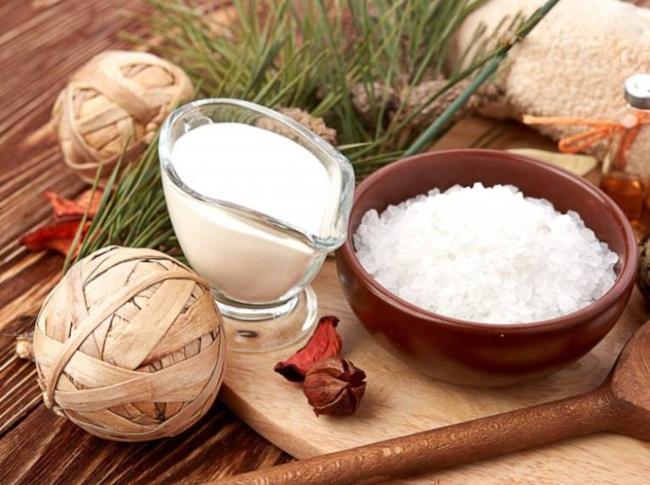 mặt nạ trị tựu nhiên trị mụn bằng muối và sữa tươi