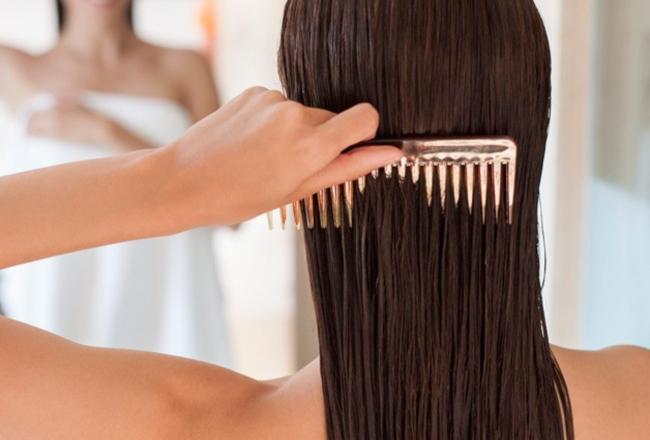 Tại sao tóc rụng nhiều? Chải tóc ẩm ướt