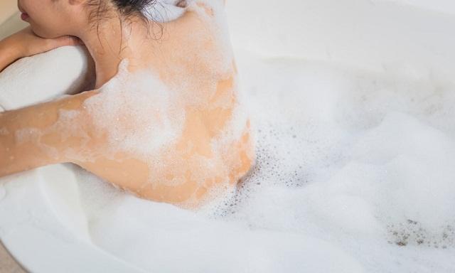 Trị thâm mụn lưng - Sửa tắm dịu nhẹ